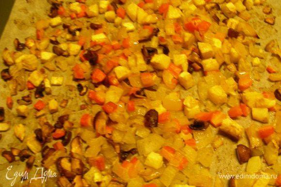 Противень застилаем бумагой для выпечки и выкладываем на него овощи в один ряд. Запекаем их минут 50 до золотистого цвета, периодически перемешивая.