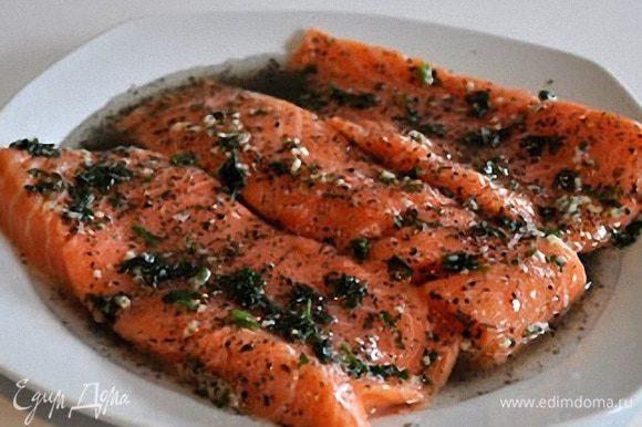 Лосось маринуется в специях и оливковом масле 10-15 минут.