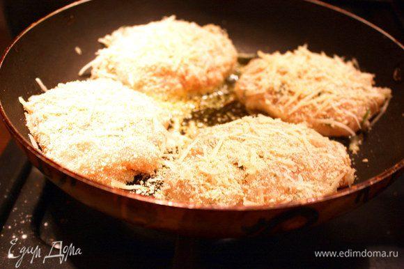 Сковороду поставить на средний огонь. Наливаем оливковое масло. Итоговый фарш получается довольно жидковат, поэтому формируем котлеты двумя столовыми ложками, обмакиваем в смеси из сухарей и тертого пармезана и выкладываем на сковороду.