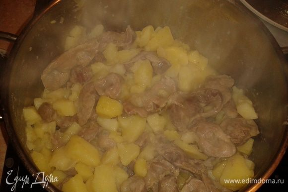 Добавить картофель и тушить до готовности примерно 20 минут.