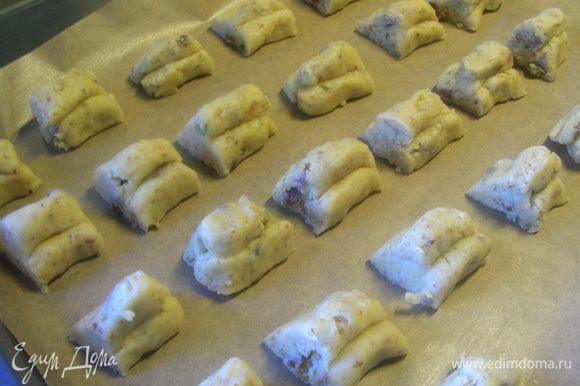 Печений получается штучек 30. Выкладываем их на противень, застеленный бумагой для выпечки. Выпекаем при 180 гр 10-15 минут до легкого золотистого цвета.