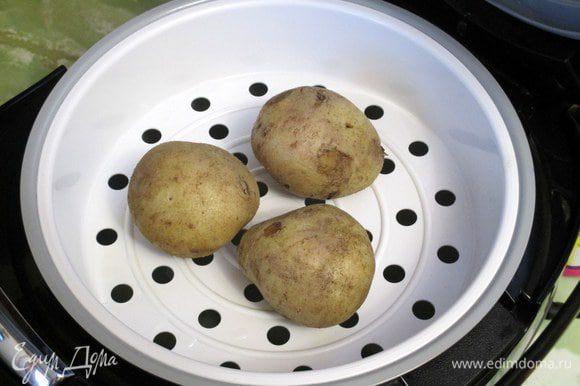 """Очень удобно варить картофель в мундире в мультиварке на режиме """"на пару"""" 10-15 минут в зависимости от размера. Затем остывший картофель нужно очистить и нарезать на 6-8 долек."""