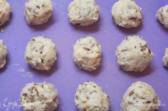 Из полученного фарша сформировать 13 шариков размером с грецкий орех. Положить на 10 минут в морозильник.
