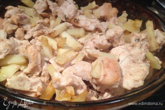 Ставим на 15 минут в духовку. Достаем, добавляем соль и перец, всё перемешиваем и ставим в духовку ещё минут на 40.