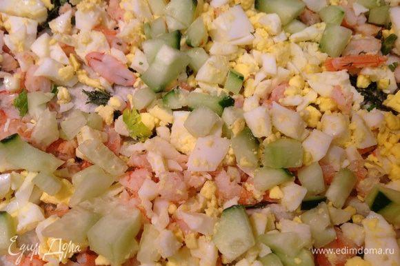 На второй лаваш также выложить начинку, только вместо тунца положить креветки.