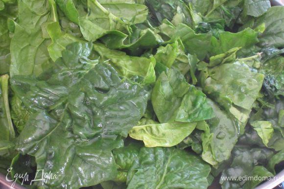 Шпинат хорошо промыть. В сковороде разогреть 2 ст.л. оливкового масла, добавить чеснок, анчоусы, шпинат и готовить 15 минут.