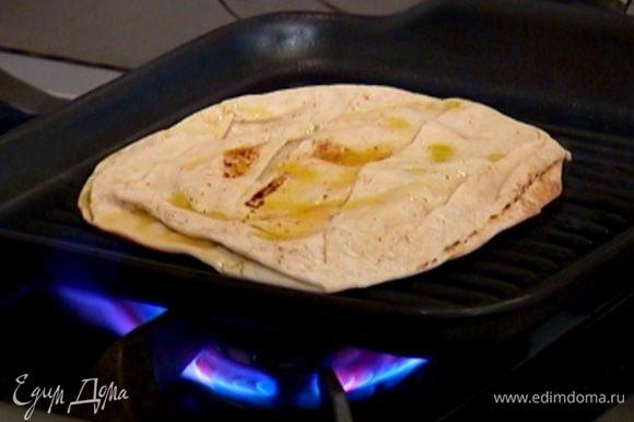 В сковороду, где жарился лук, выложить питу и прогреть ее с обеих сторон.