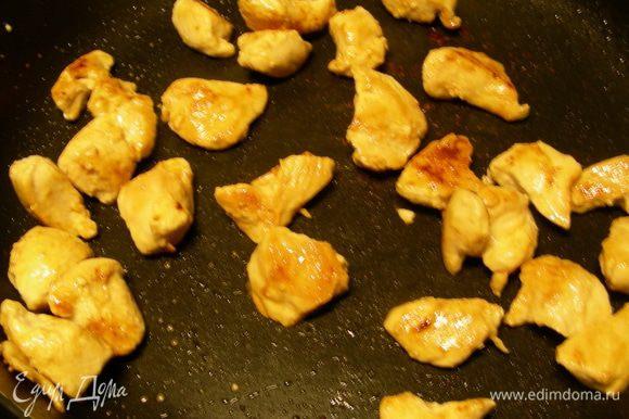 В большой сковороде (желательно тяжелой) разогреваем оливковое масло и обжариваем мясо 5-8 минут до золотистого цвета. Убираем со сковороды и отставляем в сторону.