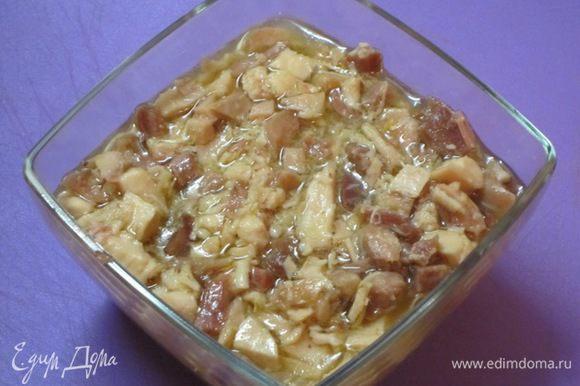 Затем перелить куриное мясо вместе с соком в любую тарелку. Я вылила в стеклянный салатник. Остудить.