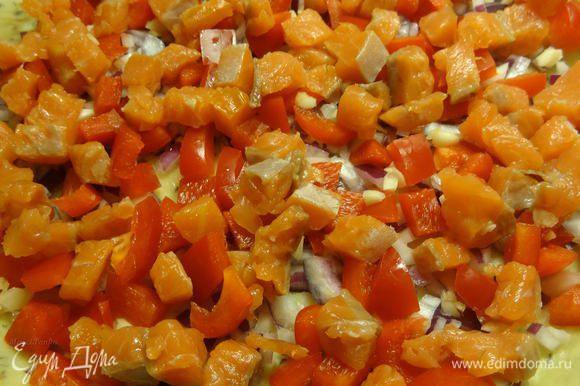 Порежьте кубиком филе лосося холодного копчения. Половину добавьте в начинку, вторую половину отложите в сторону для заливки.