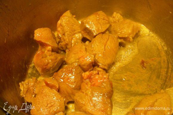 Баранину режем на 6-8 частей. Я делала небольшую порцию и купила мясо барашка (ничего другого, на косточке, не оказалось в магазине), порезанное на кусочки. Натираем его солью и перцем. В тажине или сковороде с толстым дном разогреваем оливковое масло (2-3 ст.л.), выкладываем баранину и обжариваем ее на среднем огне до румяной корочки.
