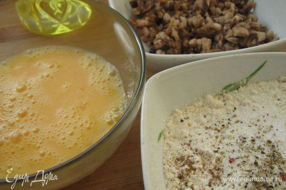 В миску, где находится мука, добавить соль, черный молотый перец и мускатный орех. В другую миску разбить яйца, взбить их вилкой. Шампиньоны мелко порезать, отжать жидкость.