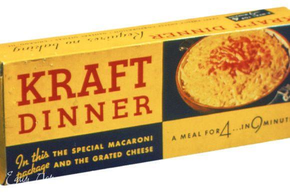 """В США существуют разновидности уже готового полуфабриката этого известного блюда! Во время Второй Мировой Войны проблемы с питанием (с мясными продуктами, в частности) привели к повсеместному распространению готовых макарон с сыром марки """"Kraft Dinner"""". Это стал один из самых продаваемых продуктов того времени. Проходящий специальную обработку сыр, позволял хранить полуфабрикат до десяти месяцев! А это было """"решающим фактором"""" для тех, у кого в то время не было холодильника... Реклама этого продукта тех времен гласила:""""Ужин на четверых за девять минут по цене 19 центов""""... ))))"""