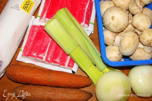 Подготовить продукты. Морковь отварить, почистить, мелко порезать. Лук репчатый порезать, обжарить на растительном масле. За несколько минут до готовности добавить порезанный порей. Шампиньоны порезать мелко, обжарить отдельно с солью и смесью перцев. Все смешать. Любой любимый сыр натереть на крупной терке, можно смешать с салатом, а можно потом посыпать сверху на салат.