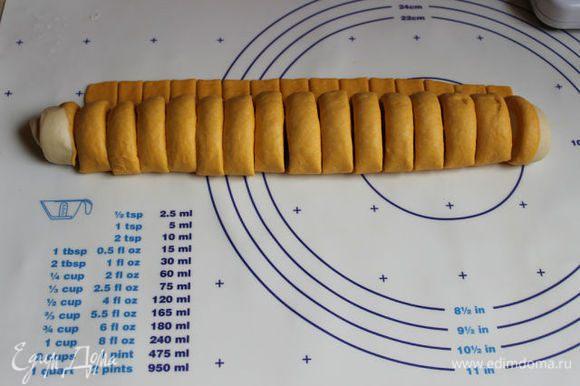 Нарезаем теперь наше тесто на такие сегменты, примерно 1 см шириной может даже и больше.