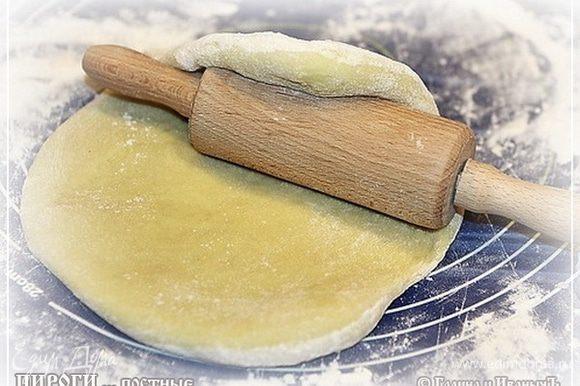 А пока «процесс идет», займемся второй частью. Сделаем сладкие … плюшки – не плюшки, корзинки – не корзинки, но в общем такие сладкие запечюшки. Раскатаем оставшееся тесто в блин.