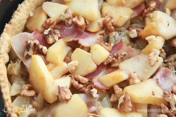 Бекон, яблоки и крупно поломанные грецкие орехи.