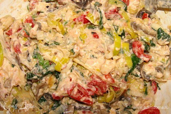 Дальше у нас есть выбор: 1. можно потереть сыр и смешать с ним начинку. 2. можно смешать начинку с пастой из подкопченного лосося. Я использовала готовую. Но ее можно и самим приготовить из подкопченного лосося х/к, консервированных ананасов, консервированного репчатого лука, запаренных сушеных яблок и майонеза.