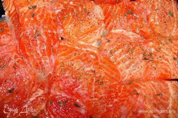 Филе лосося порезать на порционные кусочки, примерно по 100 г. У меня 8 кусочков. Посолить, поперчить. Ободрать листики с нескольких веточек тимьяна, посыпать рыбу. Сверху полить лимонным соком. Пусть постоит минут 20.