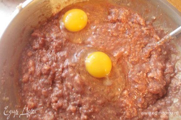 Всыпать овсянку в фарш, посолить, поперчить, добавить яйца и хорошенько перемешать. Оставить на час, за это время овсяные хлопья разбухнут и фарш станет гуще.