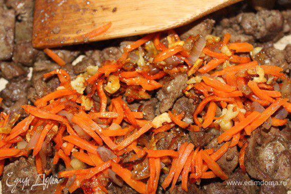 На этом же масле обжарить порезанную кусочками печень в течение 5 минут. Соединить с овощами.