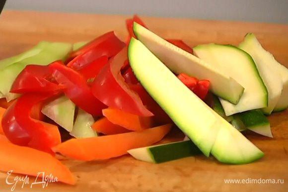 Все овощи нарезать крупными длинными полосками.