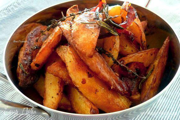 Запекать 30 минут и снова перемешать. Запекать ещё минут 20 до готовности (зависит от размера и сорта). Выключить духовку и оставить картошку в духовке на 20 минут.