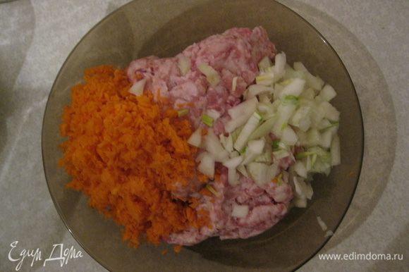 Порезать мелко луковицу, морковь. И все это добвить к фаршу. Перемешать. Посолить и поперчить по-вкусу. Добавить молотые сухари. Все тщательно перемешать.