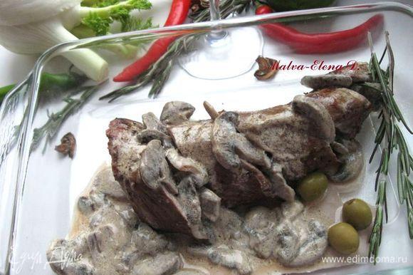 Выложить на подогретую тарелку или блюдо, в качестве сопровождения можно использовать листья салата и другую зелень, оливки, сырые овощи. Приятного аппетита!