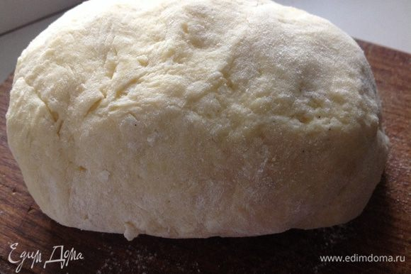 Постепенно добавляя муку к пюре, замесить тесто. Муки может уйти чуть меньше или больше, тесто должно быть не липким.