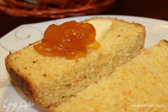 А вот и разрез... морковь придает яркую окраску и вкус. Подавать можно со сливочным маслом и джемом. Приятного аппетита!