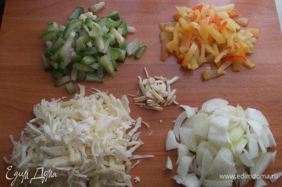 Займемся овощами, их нужно порезать соломкой, но не сильно мелко.