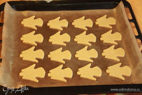 Выложить заготовки печенья на антипригарный лист и выпекать при 180*С примерно 7-8 минут.