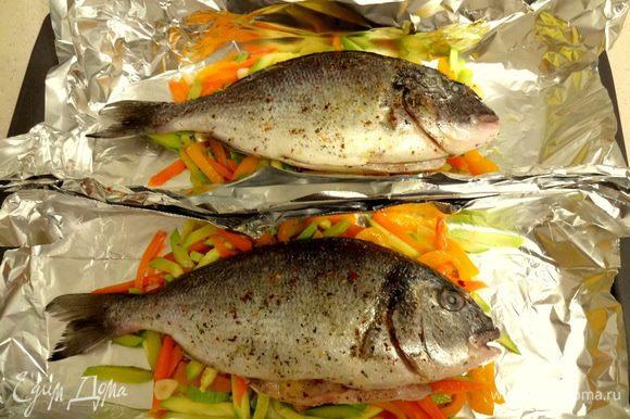 В противень на фольгу выложить обжаренные овощи, сверху – рыбу, вокруг – томаты черри (я забыла...), закрыть неплотно фольгой, запекать в духовом шкафу 30-40 минут при температуре 200 градусов.