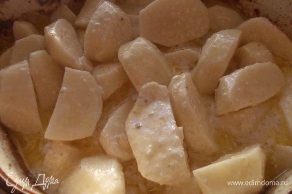 Картофель кладем в сметанную юшку и отправляем в духовку на 40-45 минут, зависимо от сорта картофеля. Повышаем температуру 180-190 С. Каждые 15 минут нужно доставать из духовки и перемешивать ложкой. За 15 минут до конца, выложить утку поверх картофеля и поставить температуру 220 С. Почти вся юшка впитается в картофель, но немного останется вместо соуса.
