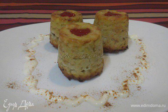 Перевернуть картофельные бабки на тарелку. Подавать теплыми со сметанкой. Можно обжарить на растительном масле луковицу и добавить ее к бабкам (такой вариант я приготовила на следующий день). Приятного аппетита!