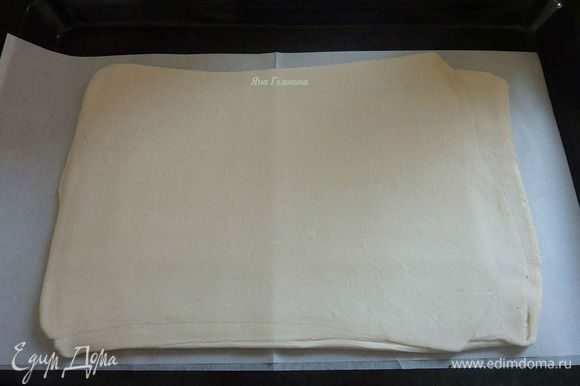Разогреть духовку на 190 гр На слегка припаной мукой поверхности раскатать тесто в прямоугольник 20 X 35 см.