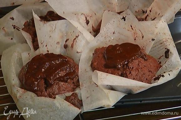Готовые маффины полить шоколадной глазурью и украсить оставшимися цукатами.