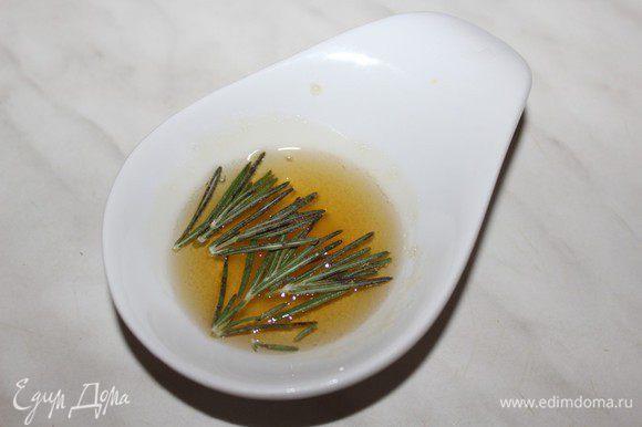 Мед слегка разогреть на водяной бане или в микроволновке. Добавить порубленную веточку розмарина и дать настояться около часа.