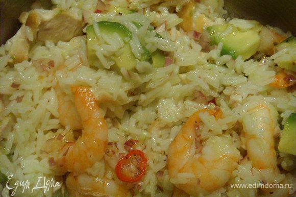 Теперь пришло время соединить все подготовленные ингридиенты с рисом и поставить на некоторое время салат настаиваться. Для сервировки предлогаю украсить зелёным салатом кресс и шариками из мякоти дыни, а так же ягодками красного перца. Приятного аппетита!