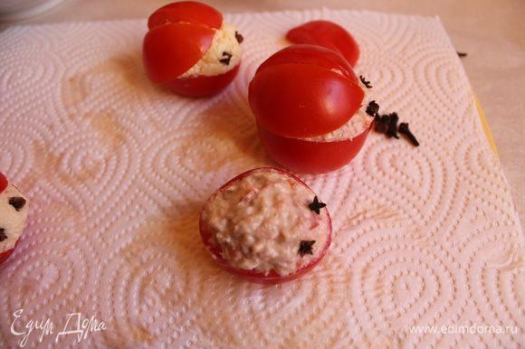 """Наполняем наши помидоры рaзными начинками. Глазки делаем из гвоздики. Крылышки из половинок помидор кладём сверху. И рисуем майонезом точки. Готовые """"Божьи коровки"""" выкладываем на блюдо с зеленью."""