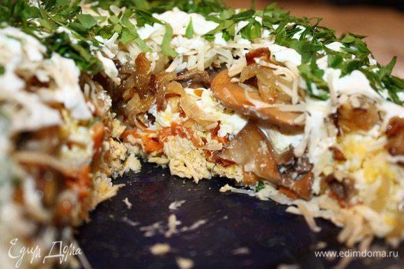 Полить майонезом и посыпать петрушкой. Дать салату пропитаться около 1 часа при комнатной температуре и можно его подавать. Приятного аппетита!!!