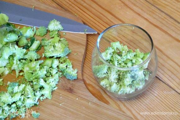 Сырую брокколи и красный лук мелко нашинкуйте.