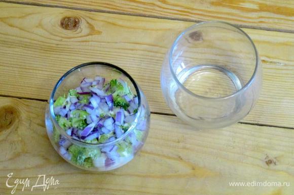 На дно бокалов уложите слой брокколи, хорошо смажьте его майонезной заправкой, снова повторите слой брокколи, сверху добавьте слой красного лука.