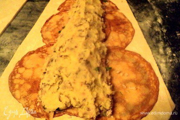 Сверху выложить ¾ начинки из картофеля и снова накрыть начинку блинчиками.