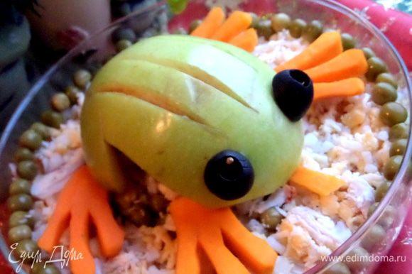 """Кладём сверху любого салата...У меня немного осталось салата """"Кочан капусты"""", вот переложила его в маленький салатник и водрузила лягушку сверху)))"""