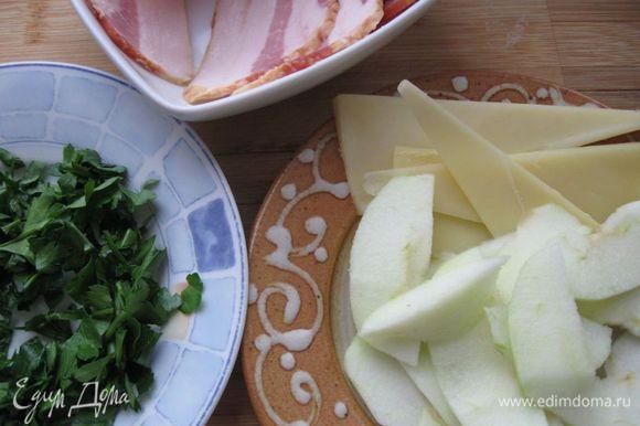 Обжарить слегка шампиньоны на масле, выпарив воду. Петрушку помыть, порезать мелко.Одно яблоко разрезать на половинки. Одну половинку почистить, удалить семена, нарезать тонкими пластинами. Сделать разрез вдоль в каждом филе, стараясь не проколоть мякоть.