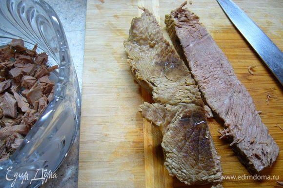Как только говяжья вырезка остынет, порезать ее на кубики и поместить в салатник. Это будет первый слой. Смазать майонезом «Слобода оливковый».