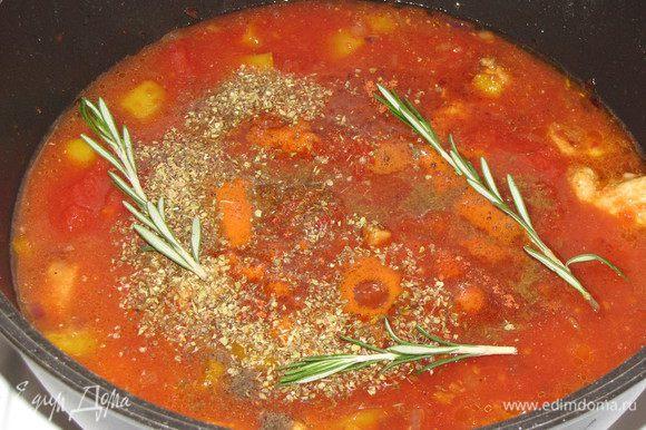Добавить в кастрюлю помидоры вместе с соком, зиру, орегано, розмарин ( у меня свежий), соль и черный перец. Влить 200 мл. холодной воды. Довести до кипения, убавить огонь до минимального и готовить под крышкой 1 час. Время от времени помешивайте.