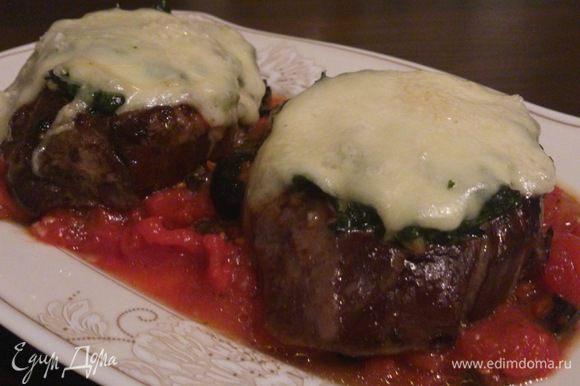 В тарелку налить томатный соус, на него выложить медальоны и украсить листиками базилика.